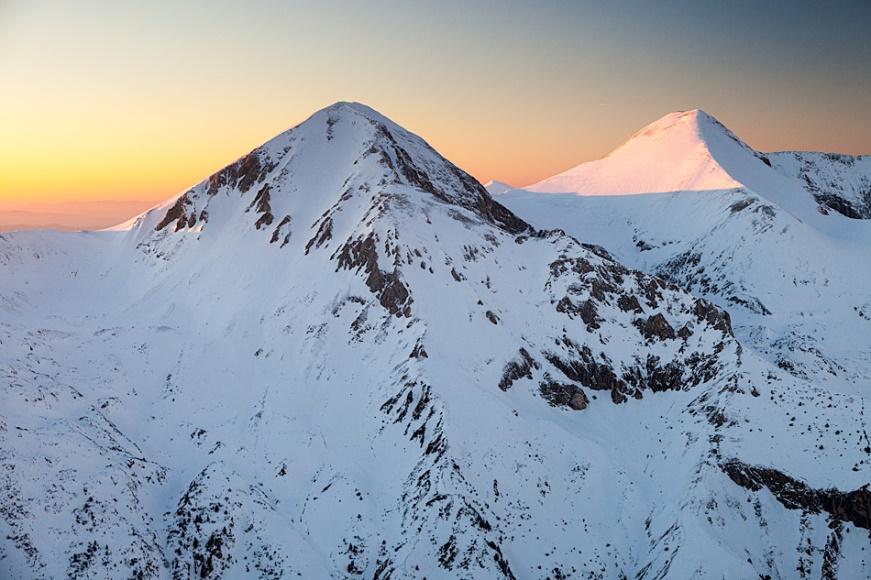 планина със снежна покривка за каране на ски