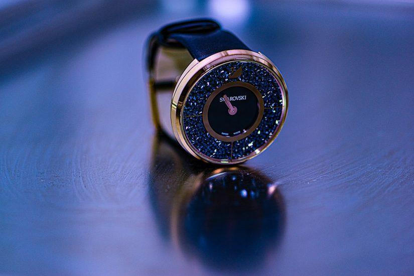 красив тъмен часовник swarovski с камъни