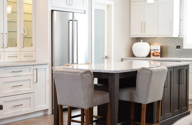 светла кухня с барплот и високи меки бели столове