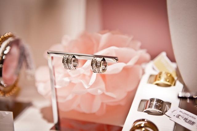 различни видове обеци и пръстени от злато и сребро