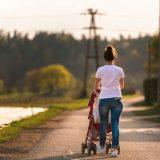 млада майка бута бебешка количка